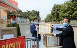 Đội ngũ cán bộ, giáo viên trưởng TH Xuân Phương nhận giấy khen vì công tác phòng dịch COVID-19 tốt