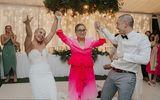 Cặp đôi bất ngờ quay sang cạo trọc đầu nhau ngay trong đám cưới, khách mời từ ngỡ ngàng đến xúc động