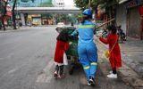 Hình ảnh hai cô con gái nhỏ cùng mẹ đẩy xe rác sáng mùng 1 Tết gây xúc động