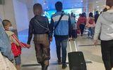 Người phụ nữ mặc quần xuyên thấu lộ vòng 3 phản cảm, thản nhiên đi lại trong sân bay