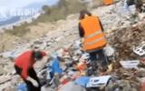 """Người phụ nữ hốt hoảng lao vào bãi rác tìm kiếm khắp nơi, biết nguyên nhân ai cũng """"thót tim"""" thay"""