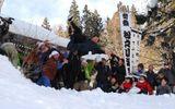 Ném chú rể từ đỉnh núi tuyết cao 5m để thử thách tình cảm của cô dâu