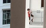 """Gia đình - Tình yêu - """"Thót tim"""" hình ảnh bé trai 7 tuổi trèo ra ban công tầng 11 vì một thứ phổ biến, cha mẹ nào cũng cho con làm"""