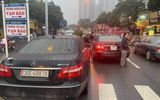 """2 xe sang Mercedes E300 cùng biển số """"chạm mặt nhau"""" trên phố Hà Nội: Cục CSGT nói gì?"""