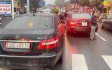 """Tin trong nước - 2 xe sang Mercedes E300 cùng biển số """"chạm mặt"""" trên phố: Tình tiết bất ngờ"""
