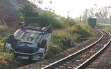 Ô tô 7 chỗ vượt rào chắn bị tàu hỏa đâm, 3 người trong gia đình thương vong
