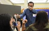 Thủ tướng Thái Lan gây sửng sốt khi xịt thẳng nước sát khuẩn vào phóng viên