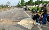 Quay lại nhặt mũ bảo hiểm trên đường quốc lộ, người phụ nữ bị xe tải tông tử vong