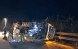 Xe tải và xe cẩu tông nhau kinh hoàng trên cầu Lò Xo, 2 người thương vong