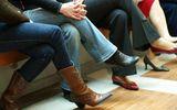 Người đàn ông 32 tuổi bị vẹo cột sống vì thích vắt chéo chân