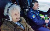 """""""Cụ bà thép"""" gây sốt khi lái máy bay chiến đấu mô phỏng ở tuổi 99"""