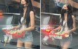 """Cộng đồng mạng - Nữ streamer xinh đẹp bỗng chốc """"nổi như cồn"""" sau loạt ảnh bán hoa dạo trên đường phố"""
