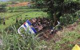 Tin trong nước - Va chạm với xe máy, ô tô chở công nhân lật ngửa khiến 1 người tử vong, 31 người bị thương