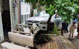 """Tin trong nước - Tin tai nạn giao thông ngày 19/4: Ô tô """"điên"""" húc văng 4 người đi xe máy, lao vào gốc cây"""