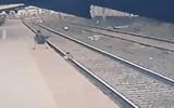 Đời sống - Ngã xuống đường ray ngay khi tàu đang vùn vụt lao tới, bé trai 6 tuổi thoát chết trong gang tấc