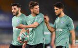 Bóng đá - Cầu thủ Schalke 04 bị CĐV đuổi đánh, ném trứng thối sau khi xuống hạng