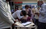 """""""Cơn bão"""" Covid-19 ở Ấn Độ: Bệnh nhân tử vong trước cửa bệnh viện vì thiếu giường"""