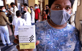 """Ấn Độ: Xót xa bệnh nhân COVID-19 cầm cự tại nhà, tự mua bình oxy ở chợ đen giá """"cắt cổ"""""""