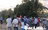 Cả trăm người dân kéo đến xem thi thể đang phân hủy nặng dưới kênh