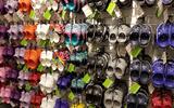"""Giữa """"cơn bão"""" COVID-19, thương hiệu giày Crocs vẫn bội thu"""