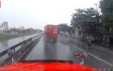 """Video - Video: Xe container mất lái, liên tục """"uốn lượn"""" rồi đâm vào dải phân cách"""