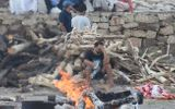 Tin thế giới - Xót xa cô gái nhảy vào đống lửa khi đang hỏa táng cha tại Ấn Độ