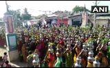 """Tin thế giới - Hàng nghìn người Ấn Độ không đeo khẩu trang tụ tập cầu nguyện để """"đuổi COVID-19"""""""
