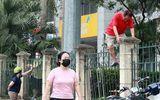 Tin trong nước - Nhiều người Hà Nội vượt rào vào công viên tập thể dục bất chấp lệnh cấm vì dịch COVID-19