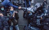 Cận cảnh những người biểu tình tấn công cảnh sát ở Kiev