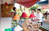 Trần Thị Quỳnh đi bán đèn ngủ làm từ thiện cuối năm