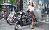 """Diệu Huyền """"lượn lờ"""" phố Sài Gòn bằng xe máy"""