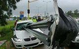 Bị thanh chắn đâm xuyên xe, cầu thủ Nam Phi thoát chết ngoạn mục