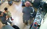 Clip: Bố đánh lạc hướng, con trai 6 tuổi ăn cắp điện thoại