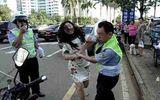 Trung Quốc: Cô gái đánh cảnh sát giao thông giữa phố