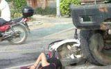 Gặp tai nạn, nữ sinh vẫn tranh thủ học trong lúc chờ xe cấp cứu