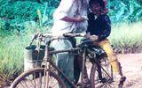 """Xúc động hình ảnh """"cha và con"""" bên chiếc xe đạp cũ"""