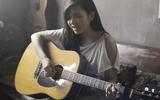Mê mẩn ngắm gái xinh vừa ôm đàn guitar vừa hát