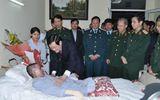 Chủ tịch nước thăm chiến sỹ sống sót duy nhất trong vụ máy bay rơi