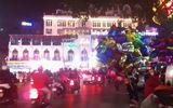 Giới trẻ Hà Thành vô tư thể hiện tình cảm đêm Valentine