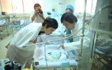 Xuân Lan, Kim Tử Long thăm em bé bị xe cán rớt khỏi bụng mẹ