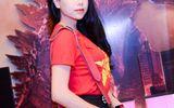 Trà Ngọc Hằng mặc áo cờ Tổ quốc đi họp báo