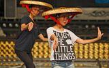 Hoàng Thùy Linh diện quần short múa nón quai thao điệu nghệ
