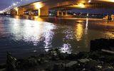 Xác nam giới nằm sấp dạt vào bờ sông Sài Gòn