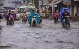 TP.HCM: Đường phố biến thành sông, giao thông hỗn loạn
