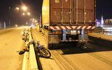 Phóng ngược chiều trên cầu vượt, xe máy lao đầu vào xe container