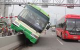 Xe buýt đại náo cầu Sài Gòn, người đi đường thót tim