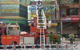 Cảnh sát dùng xe thang giải cứu người bị ngạt, mắc kẹt đám cháy