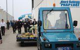 Gia đình khóc ngất đón thi thể 3 mẹ con người Việt trong vụ MH17