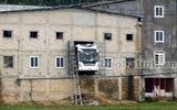 Xe chở hơn 30 hành khách tông 2 người rồi đâm xuyên tường