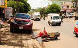 Mở cửa ô tô bất ngờ, một phụ nữ bị xe tải cán tử vong